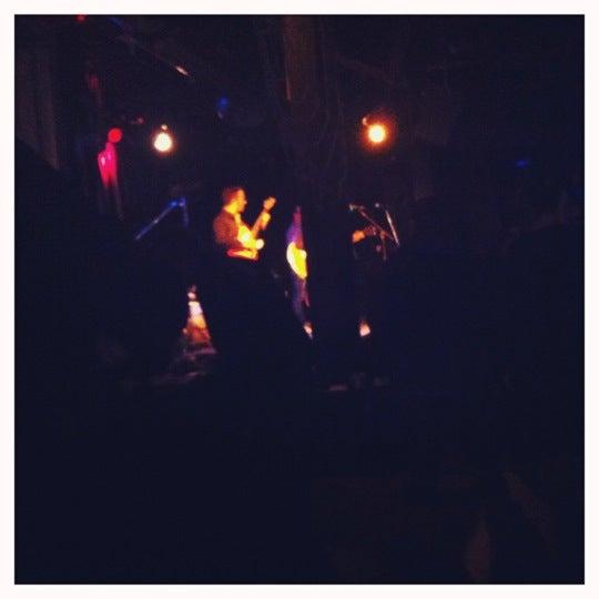 รูปภาพถ่ายที่ Martyrs' โดย Janice H. เมื่อ 11/2/2012