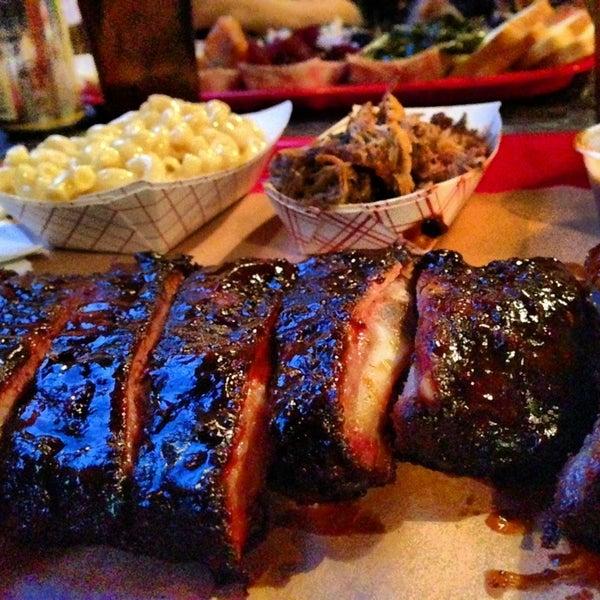 รูปภาพถ่ายที่ Mable's Smokehouse & Banquet Hall โดย Eric B. เมื่อ 4/5/2013