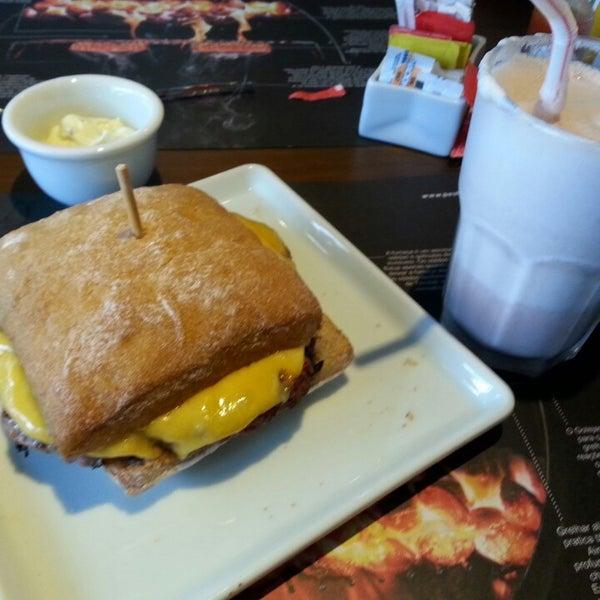 รูปภาพถ่ายที่ Paulista Burger โดย Paulinha C. เมื่อ 8/15/2013
