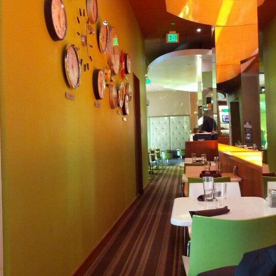 Foto diambil di The Corner Office Restaurant & Martini Bar oleh Mimmo pada 11/9/2012