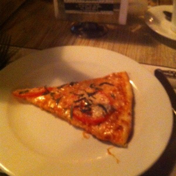 6/14/2014 tarihinde Andrei A.ziyaretçi tarafından Flippin' Pizza'de çekilen fotoğraf