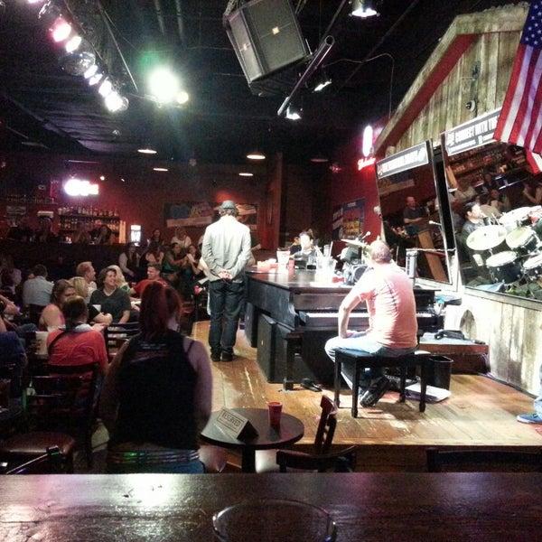 Das Foto wurde bei Shout House Dueling Pianos von Todd W. am 6/15/2013 aufgenommen