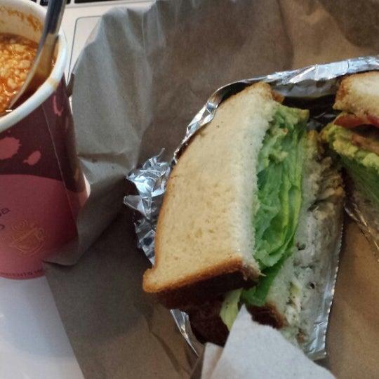 Foto tirada no(a) JoeDough Sandwich Shop por Kevin S. em 10/10/2013