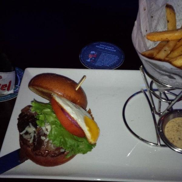 Снимок сделан в A&G Burger Joint пользователем Jonathan S. 10/19/2013