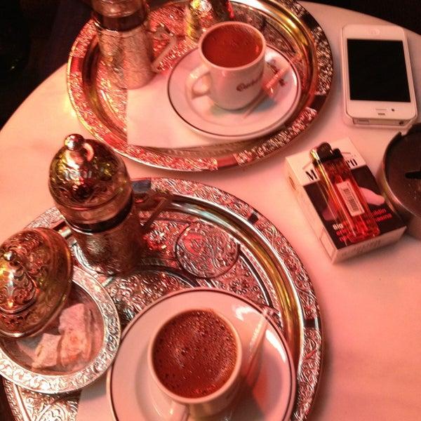 Foto scattata a Qahwah da Sıla V. il 12/23/2012