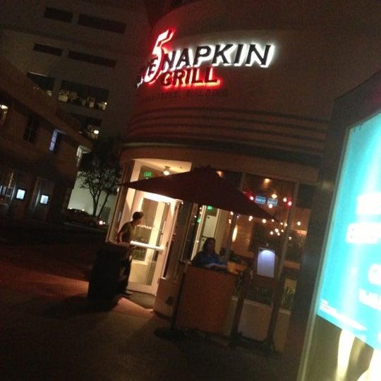 Das Foto wurde bei 5 Napkin Grill von Samantha S. am 12/12/2012 aufgenommen