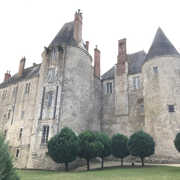 Foto diambil di Château de Meung-sur-Loire oleh Alina M. pada 8/8/2017