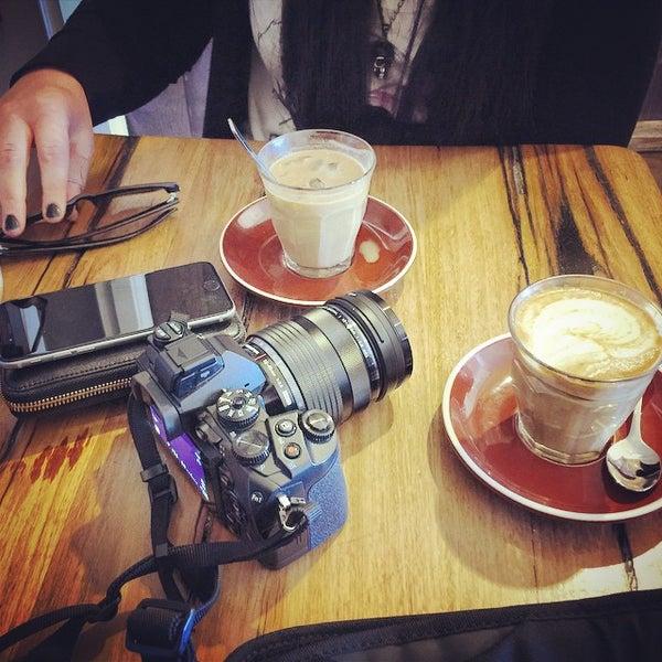 รูปภาพถ่ายที่ Anonymous Café โดย Ryan J. เมื่อ 9/28/2014