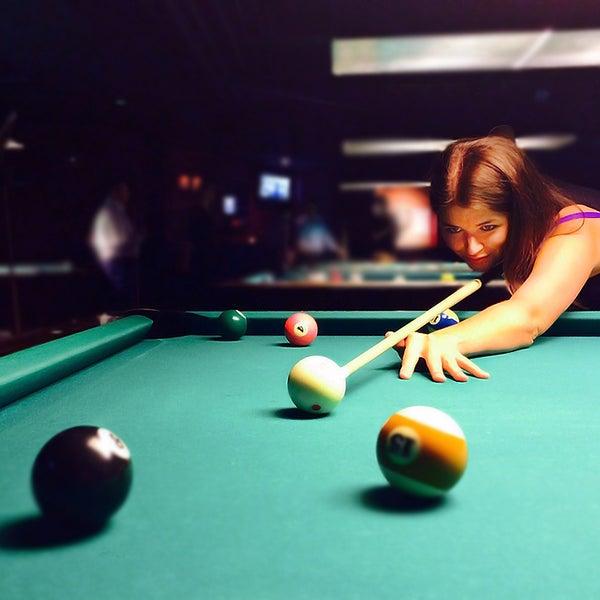 Foto tomada en Society Billiards + Bar por Society Billiards + Bar el 8/29/2014