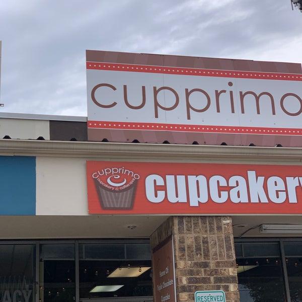 Foto tirada no(a) Cupprimo Cupcakery & Coffee Spot por Mossman $. em 2/7/2019