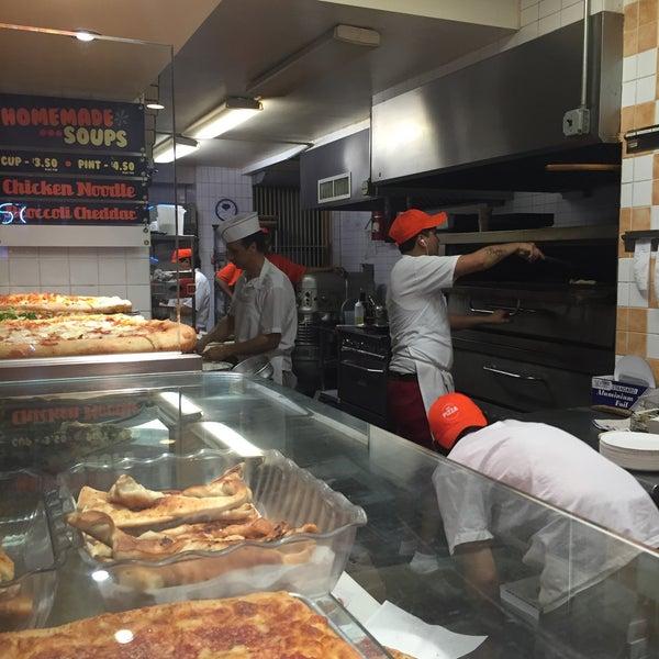 Foto scattata a Solo Pizza NYC da Kristen C. il 9/27/2015