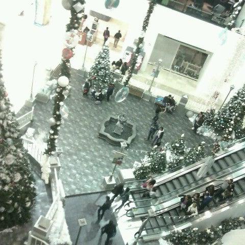 Снимок сделан в Plaza Universidad пользователем Magdalena B. 12/19/2012