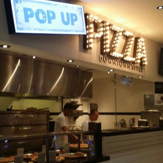 Снимок сделан в Pop Up Pizza пользователем Jennifer W. 3/9/2014