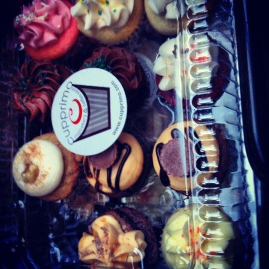 Foto tirada no(a) Cupprimo Cupcakery & Coffee Spot por Katie G. em 3/3/2012