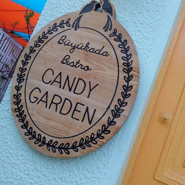 Foto tomada en Büyükada Bistro Candy Garden por Duygu K. el 4/8/2018