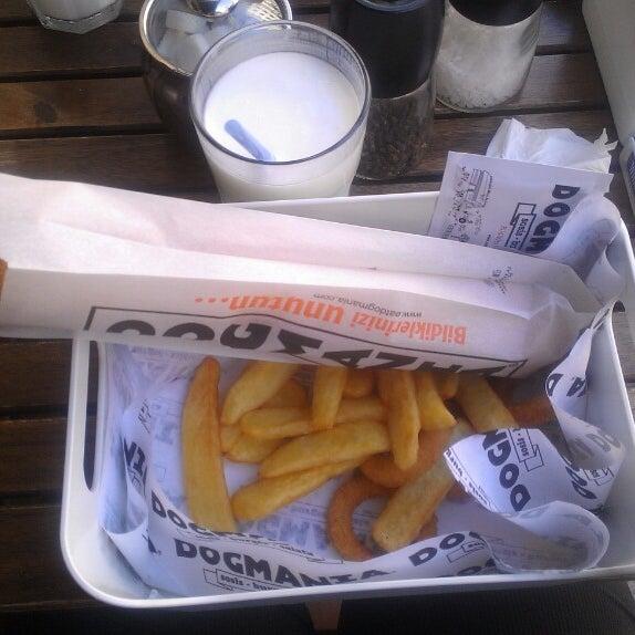 Benim favorim Fransız usulü rokfor peynirli hotdog. Doyurucu ve lezzetli. Mutlaka gelin!