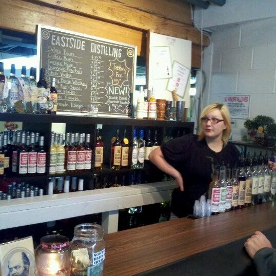 Foto tomada en Eastside Distilling por Jessie S. el 12/22/2012