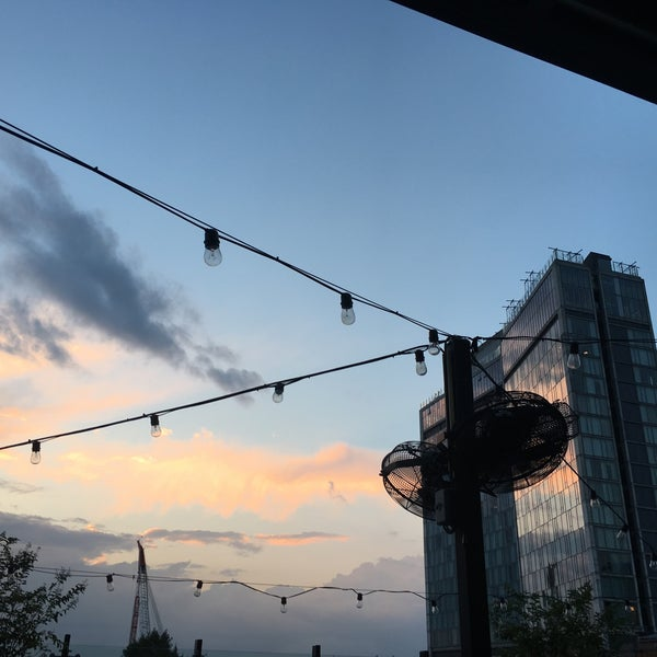 Das Foto wurde bei STK Rooftop von Schenniver am 8/23/2018 aufgenommen