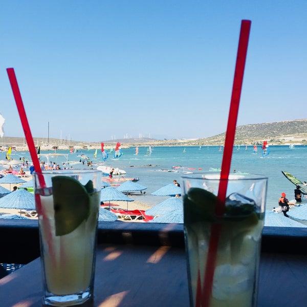 Das Foto wurde bei Alaçatı Surf Paradise Club von Selvi S. am 8/7/2018 aufgenommen