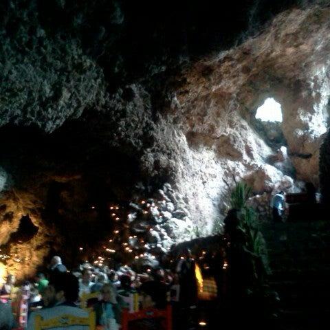 Foto tomada en La Gruta Restaurant por Luis V. el 9/16/2012