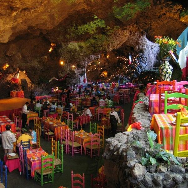 Hay lugares por los que el tiempo no pasa, pues sin mágicos.  El ambiente (música en vivo.  decoración natural.  La comida) hacen de éste lugar un Must!