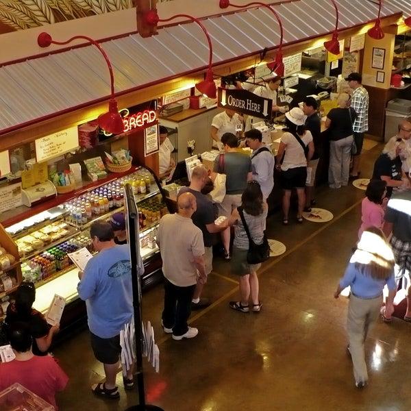 รูปภาพถ่ายที่ Bob's Red Mill Whole Grain Store โดย Bob's Red Mill Whole Grain Store เมื่อ 11/19/2013
