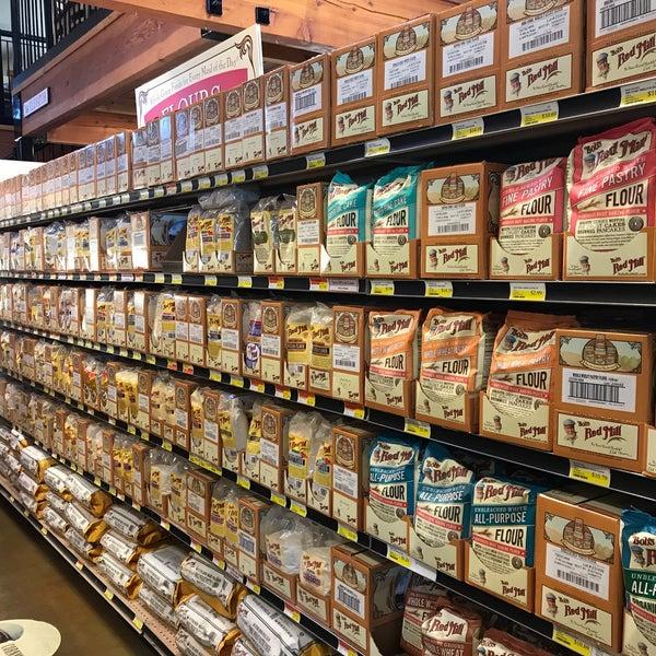 รูปภาพถ่ายที่ Bob's Red Mill Whole Grain Store โดย Adam K. เมื่อ 8/17/2017
