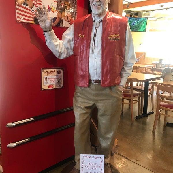 Foto tirada no(a) Bob's Red Mill Whole Grain Store por Adam K. em 9/5/2019
