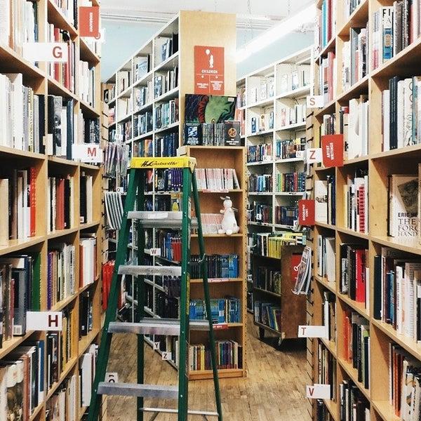 Foto tirada no(a) Strand Bookstore por Jean S. em 7/20/2014