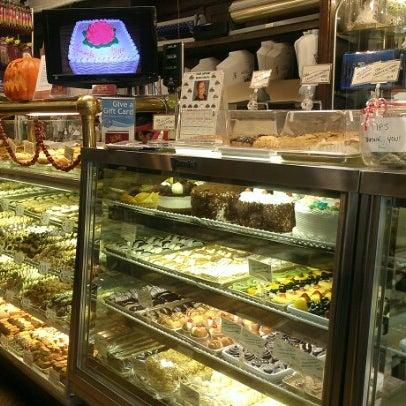 Foto tomada en LaGuli Pastry Shop por Anna C. el 10/17/2012