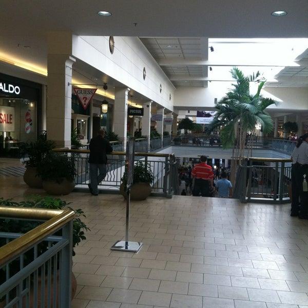 Foto tomada en Hillsdale Shopping Center por Silja T. el 1/19/2013