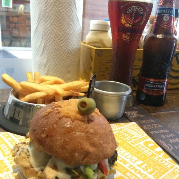 Muy buena variedad de Cervezas y la Hamburguesa  Tex-Mex esta espectacular !!!!