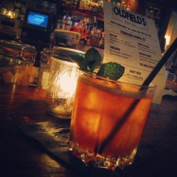 Foto tirada no(a) Oldfield's Liquor Room por Jonathan B. em 3/16/2013