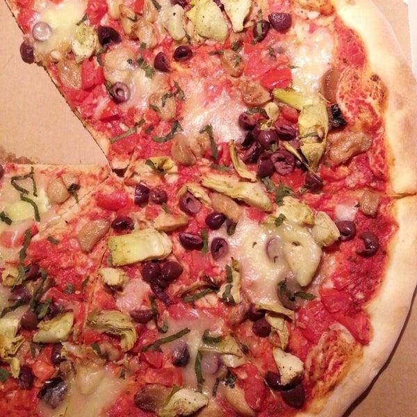 Foto tomada en Radius Pizza por Anna J. el 6/3/2013