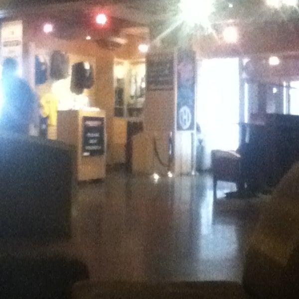 Foto tirada no(a) Huberts Sports Bar & Grill por Riley M. em 5/12/2013