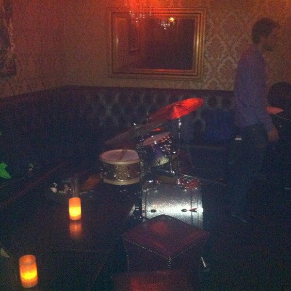 Foto tomada en Seventy7 Lounge por Steve H. el 7/22/2013