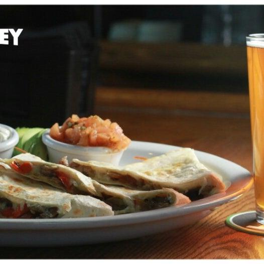 รูปภาพถ่ายที่ Hop Valley Brewing Co. โดย Zach G. เมื่อ 2/22/2013
