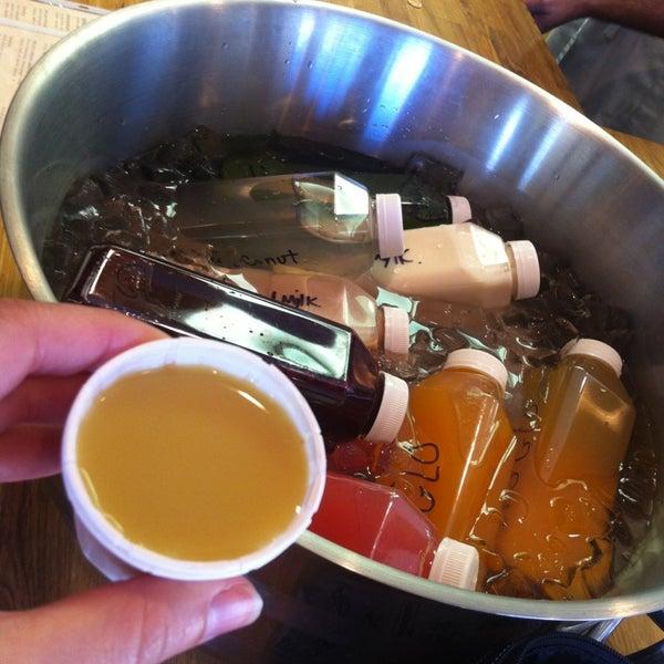 12/27/2012にMichelle Rose DombがMyapapaya juicery + kitchenで撮った写真
