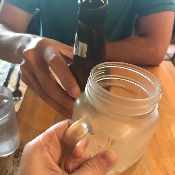 6/15/2017 tarihinde Michelle Rose Dombziyaretçi tarafından Doggi's Arepa Bar'de çekilen fotoğraf