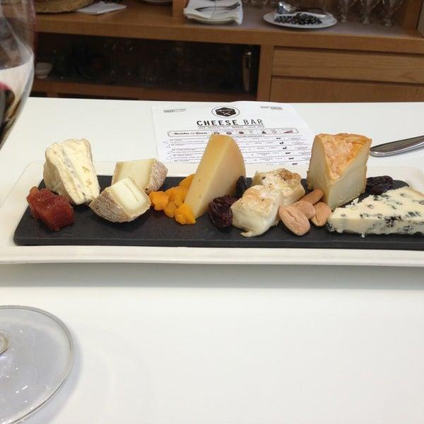 Foto scattata a Poncelet Cheese Bar da Ana L. il 6/22/2013
