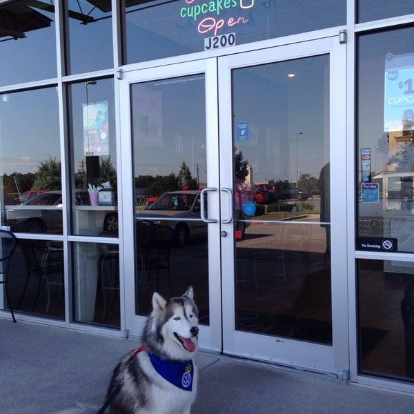 10/5/2013 tarihinde Lillian M.ziyaretçi tarafından Gigi's Cupcakes'de çekilen fotoğraf