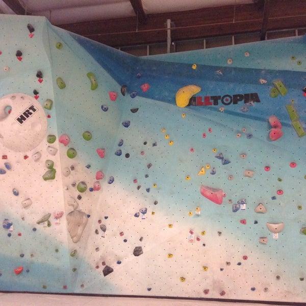 Foto tomada en Sender One Climbing, Yoga and Fitness por Reggie C. el 3/23/2014