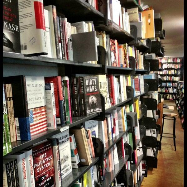 Foto tirada no(a) The American Book Center por Pim D. em 8/26/2013