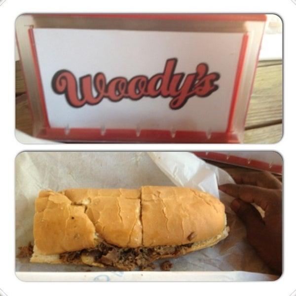 Foto scattata a Woody's Famous CheeseSteaks da BJ il 4/12/2013