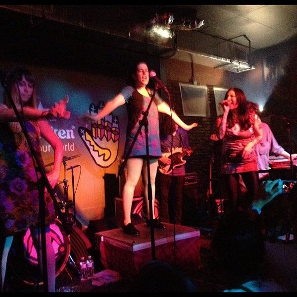 รูปภาพถ่ายที่ The Stage โดย Chase F. เมื่อ 12/7/2012