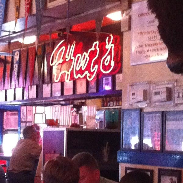Foto tirada no(a) Hut's Hamburgers por Matt K. em 1/21/2013