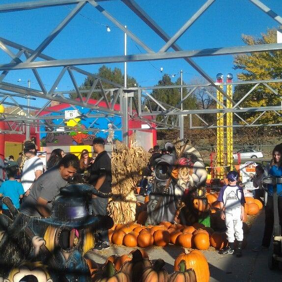 Foto tirada no(a) Nick's Garden Center & Farm Market por Lindsey S. em 10/27/2013