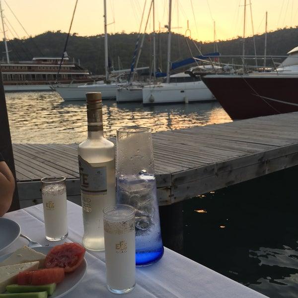 Das Foto wurde bei Fethiye Yengeç Restaurant von Adem Cem Ç. am 7/10/2017 aufgenommen