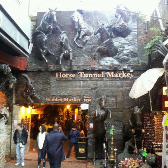 Foto tirada no(a) Camden Stables Market por Roman G. em 10/17/2012