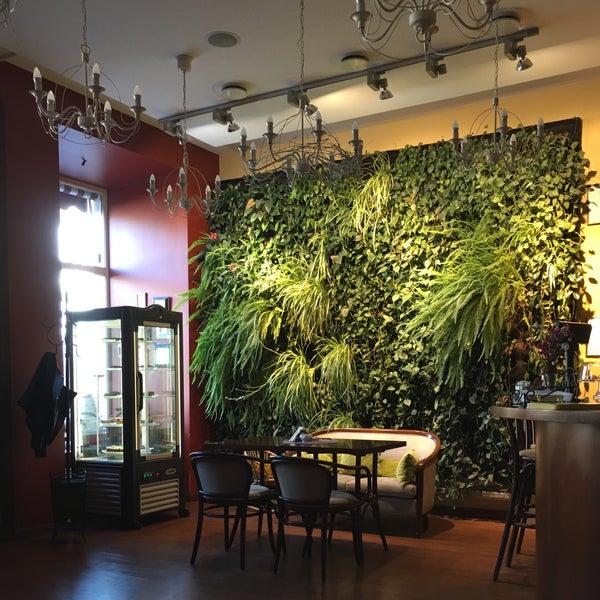 Очень стильный интерьер, цветы на стене просто❤️❤️❤️ Еда обычная и недёшево🤔